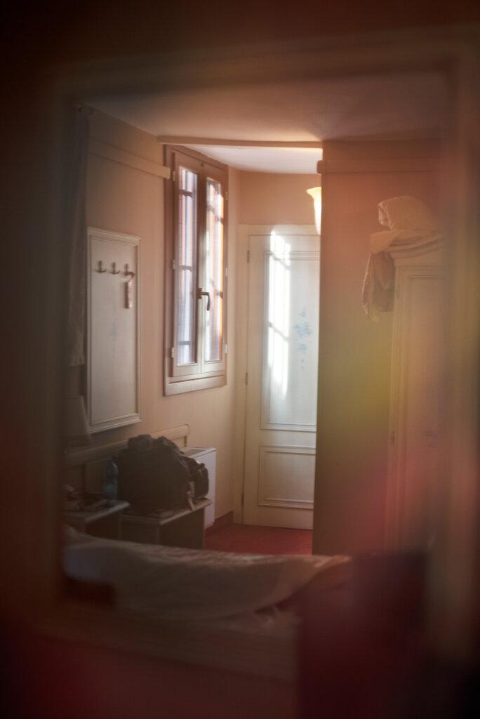"""Tür - """"Die Liebe existiert höchstens für einen flüchtigen, verlogenen Moment."""""""